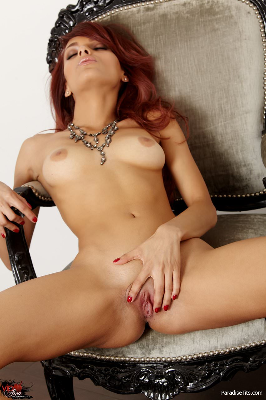 Знойная рыжая девушка раздвинула ножки и показала пизду на откровенных фото