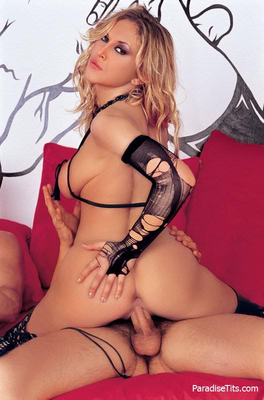 На секс фото настоящая королева группового траха ублажает мужиков