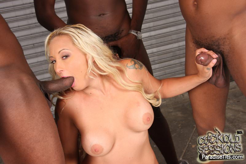 Блондинка на троих негров