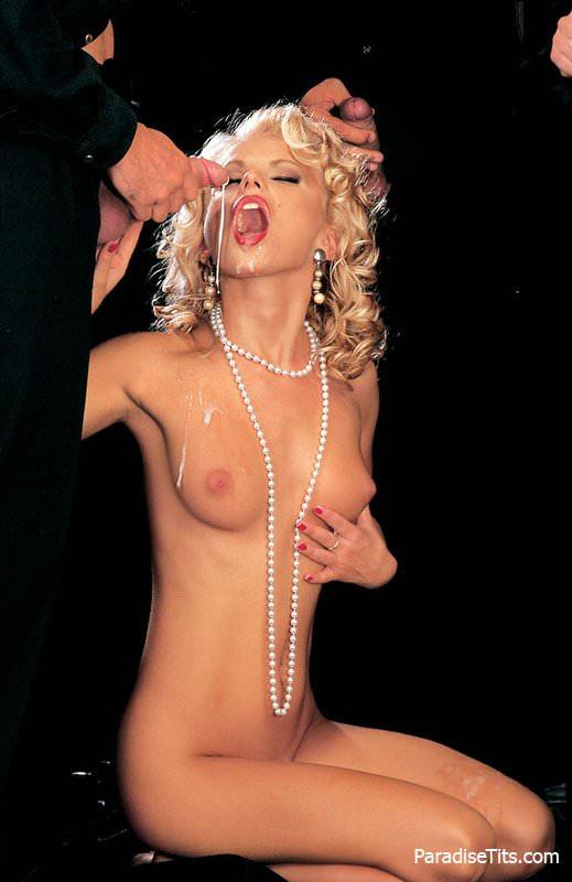 Блондинку, похожую на Мерлин Монро, ебут толпой четверо мужиков на порно фото