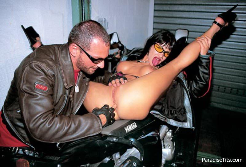 температурой трахается на мотоцикле на ходу онлайн порно оральный секс, потом