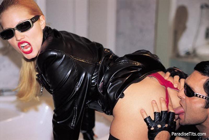 На качественных порно фото блонда занимается дикой и страстной еблей с байкером