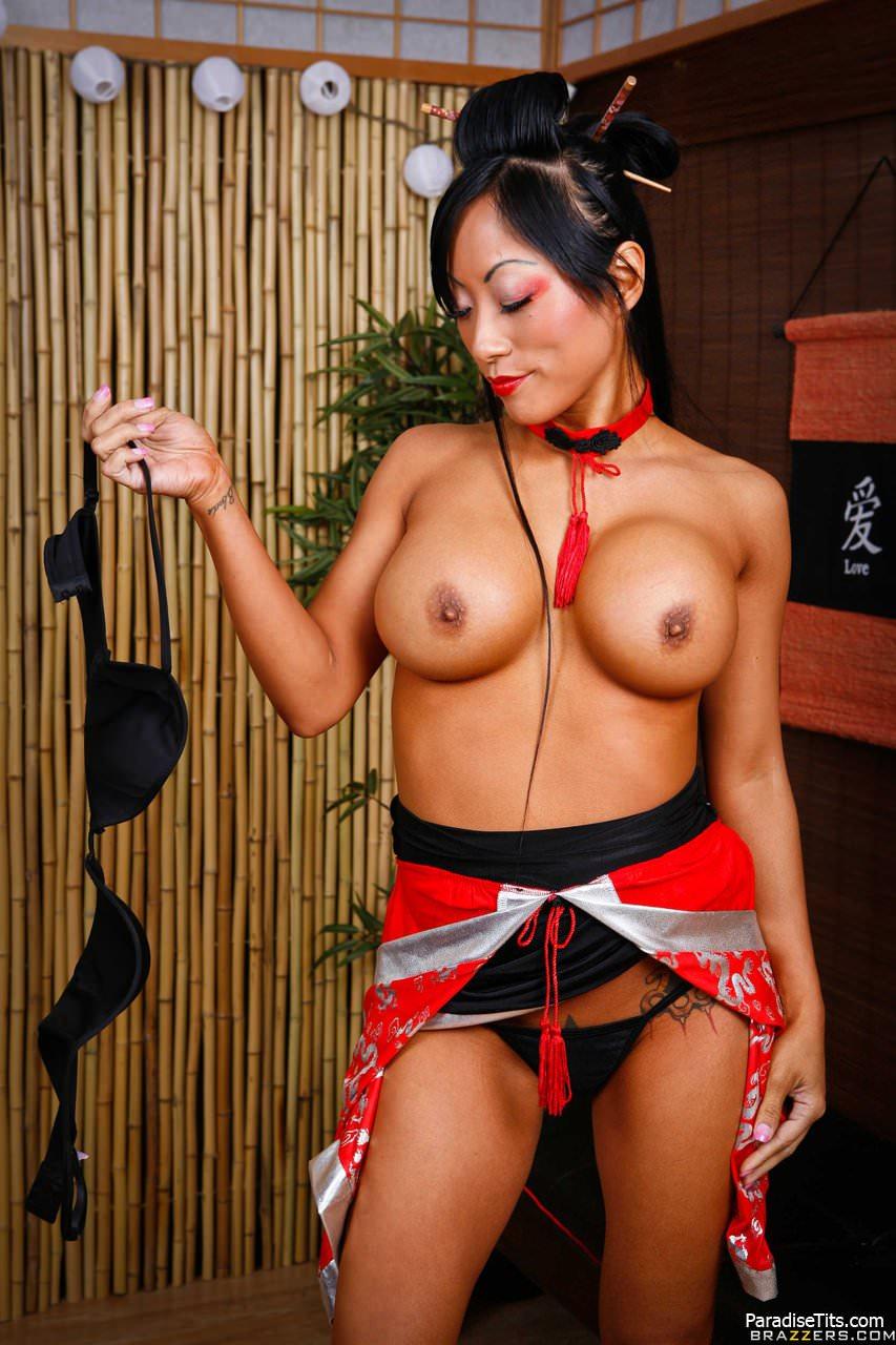 На порно фото японская гейша качественно удовлетворяет клиента