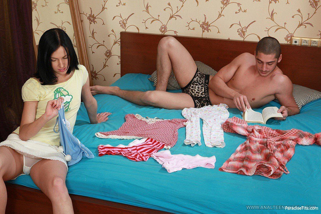 На фото симпатичная и худая девица с маленькими сиськами после вагинального секса занимается еблей в анал