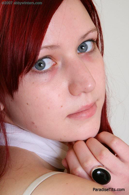 На порно фото неугомонная рыжая сучка с красивыми сиськами показывает мохнатую пилотку