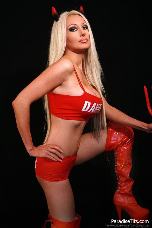 Почти голая порно модель позирует в образе дьяволицы на эро фото