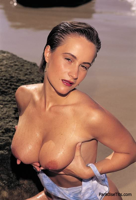 Порно фото в хорошем качестве, где знойная красотка позирует обнаженной на фоне пустыни и моря