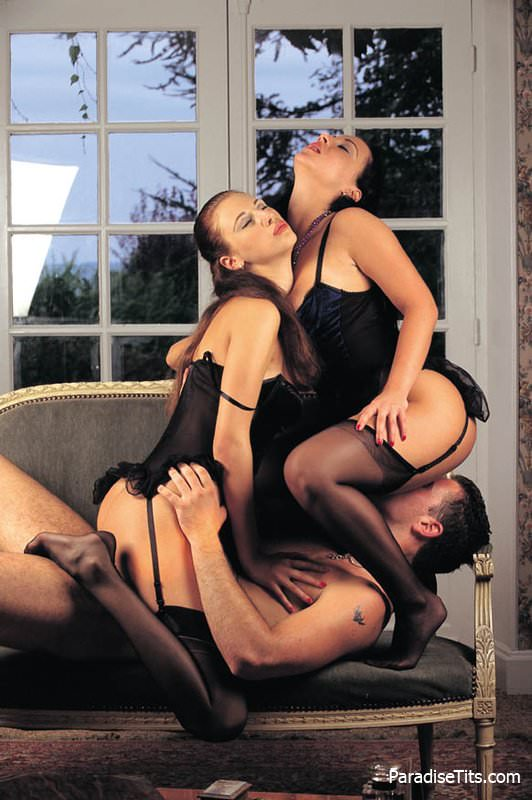 Ебля двух девушек в чулках