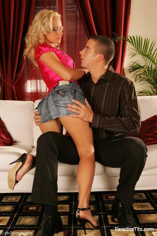 На откровенных порно фото знойная блондинка трахается с партнером и получает сперму на лицо