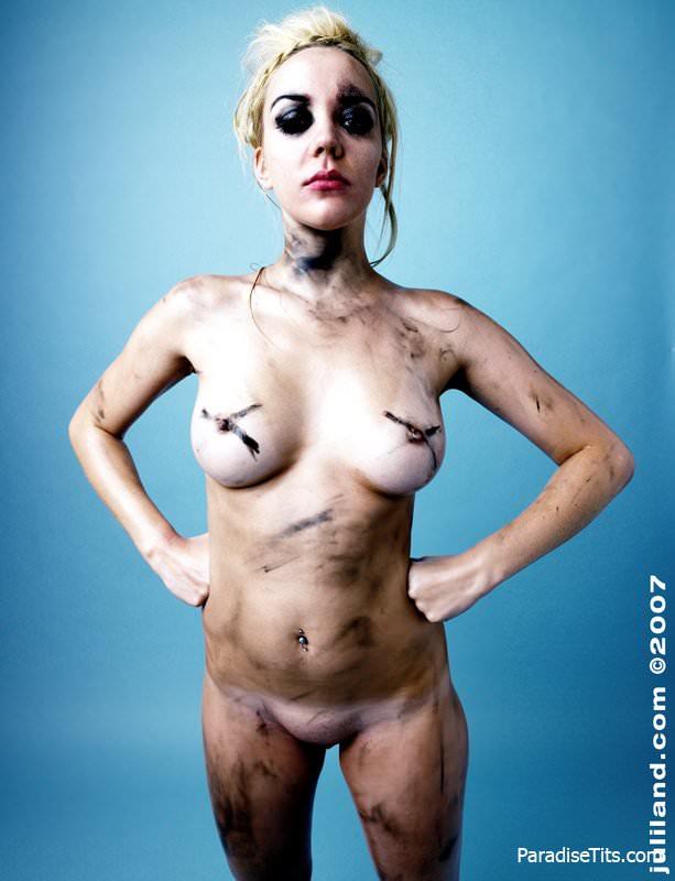 На бесплатных порно фото голая милашка красуется сочной пиздой