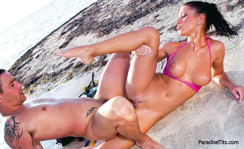 Замечательная фото подборка с еблей на пляже в исполнении жгучей брюнетки