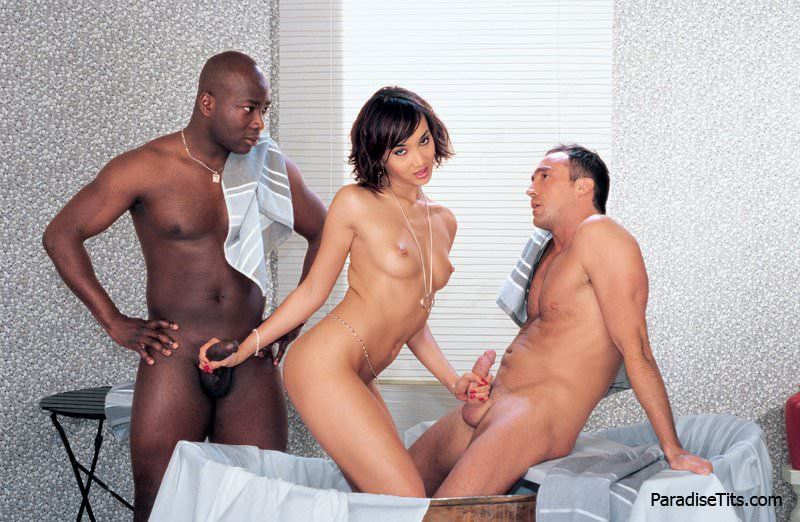 На бесплатных порно фото соблазнительная азиатка ублажает негра и белого сочной еблей
