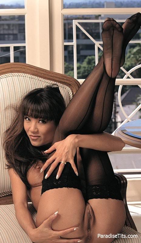 На порно фото худенькая китаянка в черных чулках ебется в пизду и попку