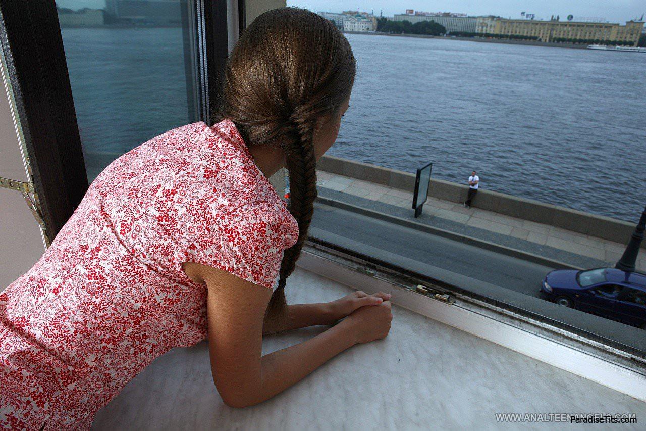 На бесплатных фото стройная шатенка кайфует от жаркого русского анала