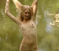 Порно фото на природе молоденькой русской девушки с волосатой пиздой