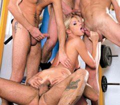 На профессиональных фото секса блондинка и три мужика занимаются групповухой в спортзале