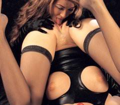 На порно фото спелые лесбиянки резвятся с помощью страпонов и толстого черного хуя