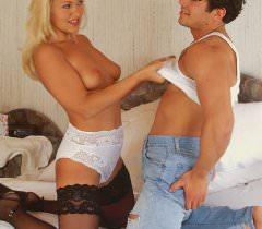 Красивый секс с блондинкой в черных чулках на фото