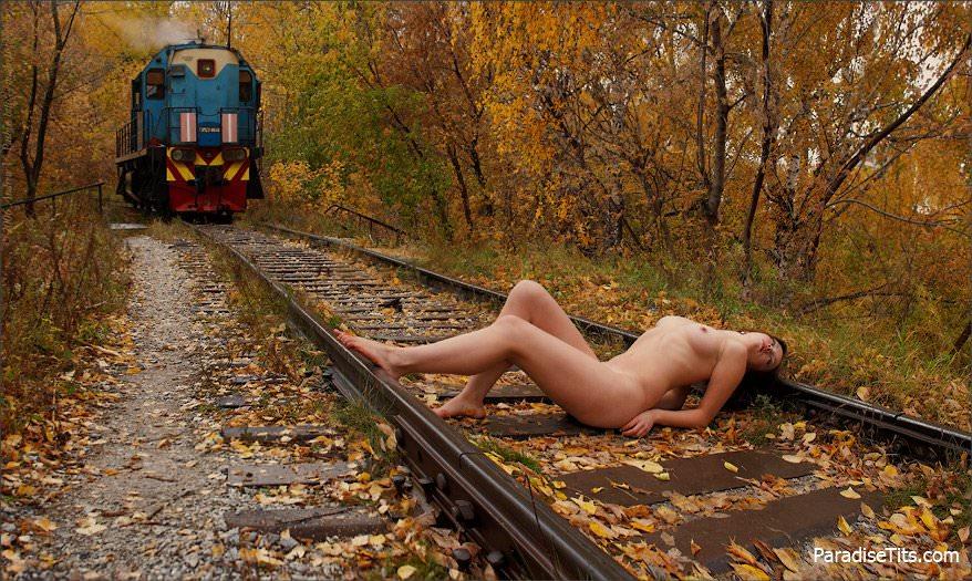 На порно фото молодые русские девушки игриво позируют на фоне природы обнаженными