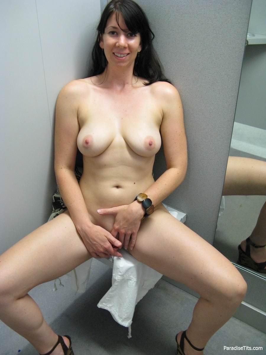 девушка поднимает юбку фото