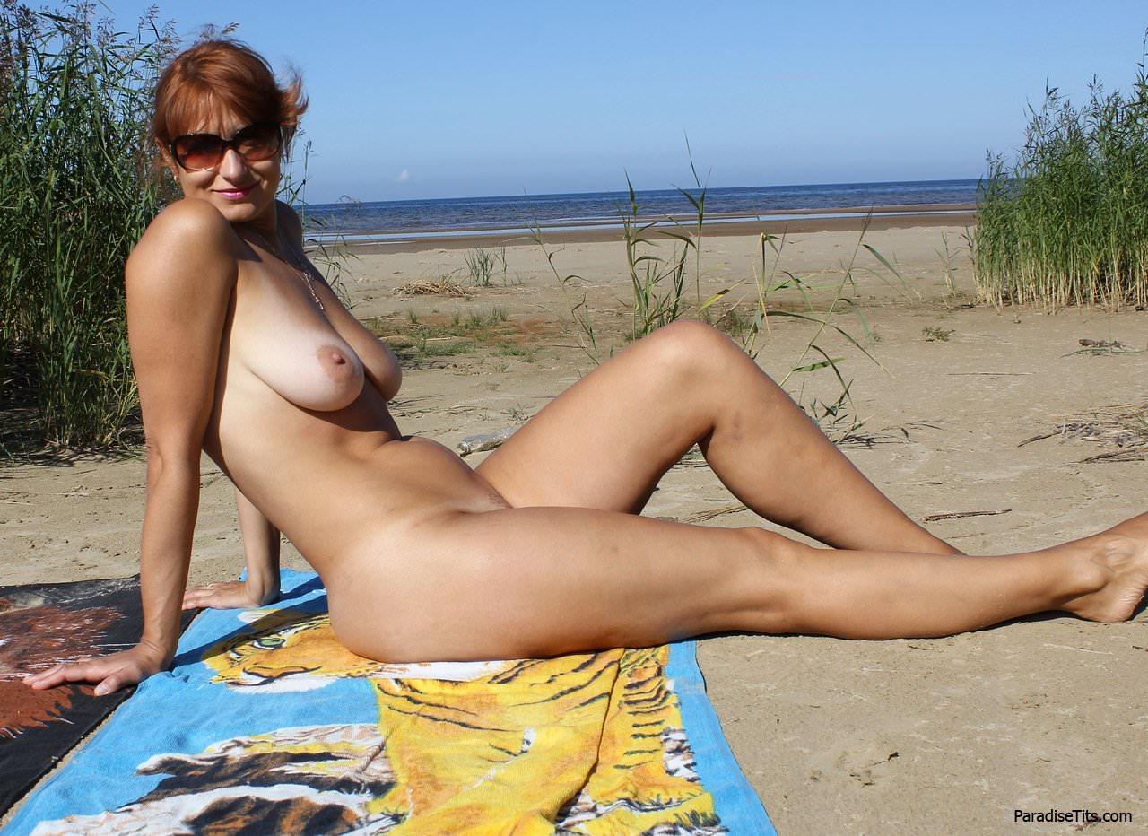 Порно фото со зрелой русской женщиной, позирующей обнаженной в разных местах