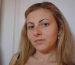 Блондинистая чертовка красуется обнаженной и в белье на частных порно фото
