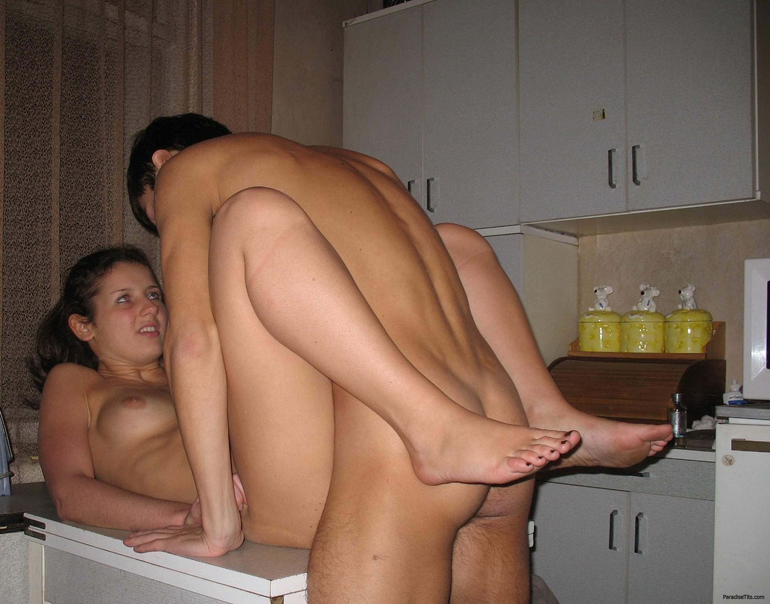 Порно фото с молодыми студентами, трахающимися на кухне