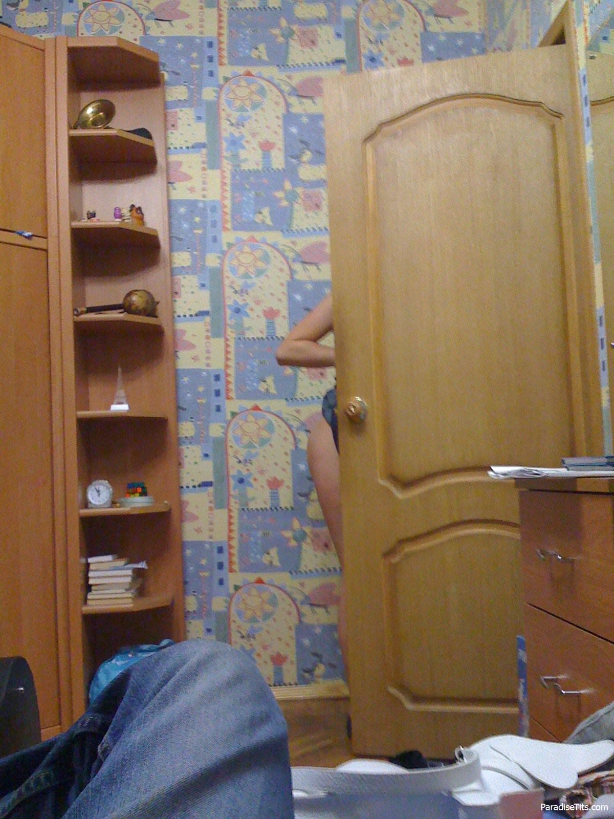 Домашние порно фото, где шатенка показывает попку и сиськи