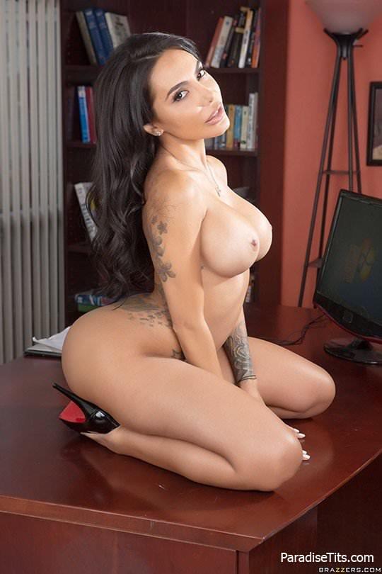 Пышная брюнетка с большой задницей обнажается на порно фото