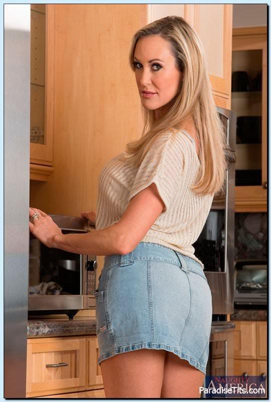 На порно фото сиськастая домохозяйка трахается с мужем после работы