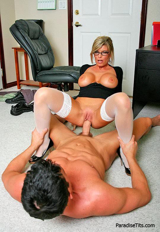 На порно фото блондинистая дама в очках страстно сосет толстый хер и трахается с мужиком