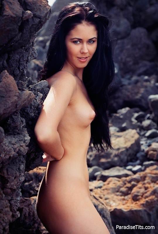Голая нимфа расхаживает по пляжу на бесплатных порно фото