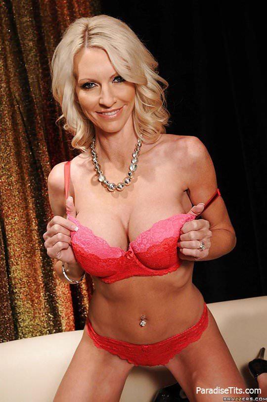 Умопомрачительная худая женщина элегантно раздевается на порно фото