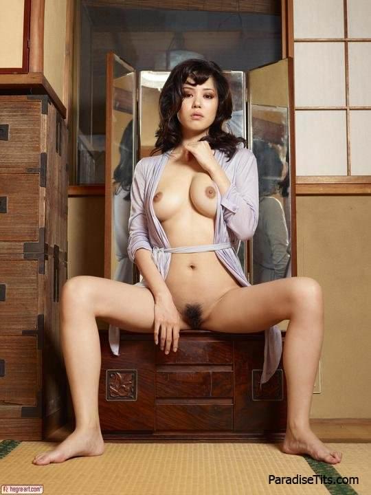 Милая черноволосая чертовка обнажает волосатый лобок и грудь на порно фото