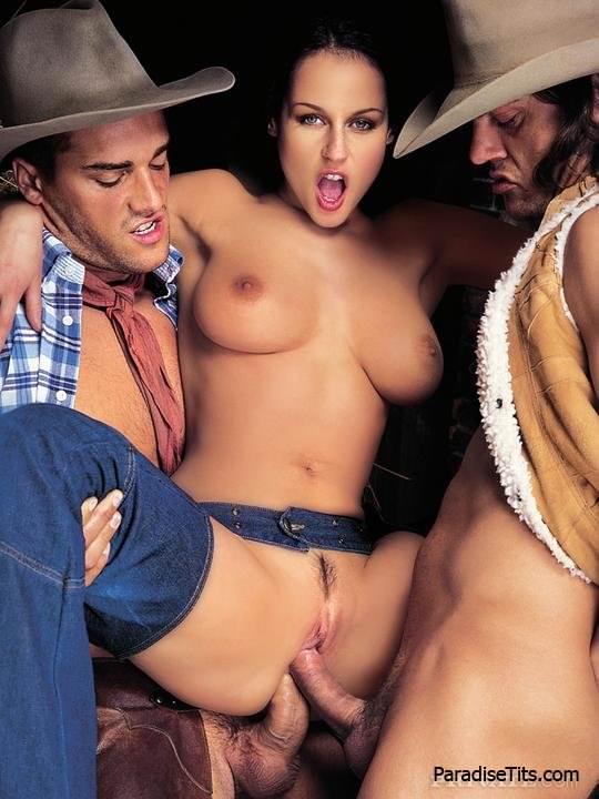 Красивая американская порно звезда страстно ебется с ковбоями на фото
