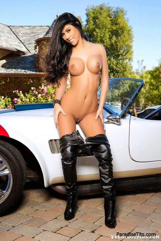На бесплатных порно фото вы можете с наслаждением смотреть, как голая девушка позирует возле машины