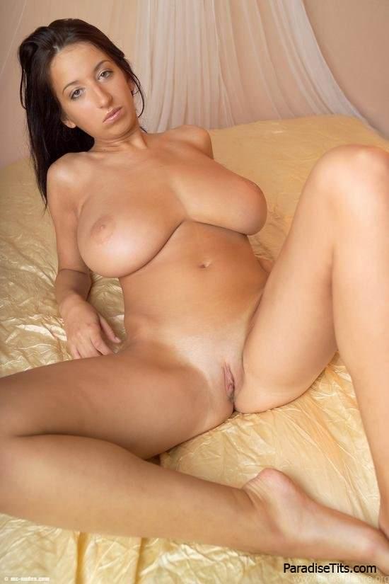 Прелестная девушка с большими сиськами позирует на порно фото