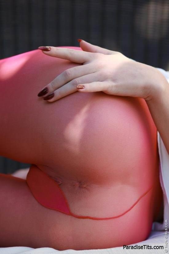 Голая порно звезда Анжелика игриво извивается на эро фото