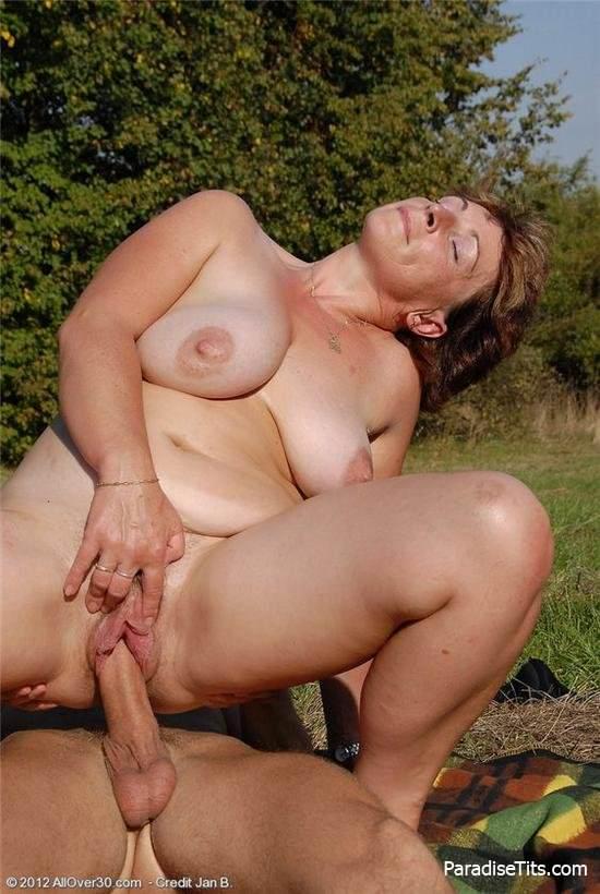 фото крупно голых женщин на природе