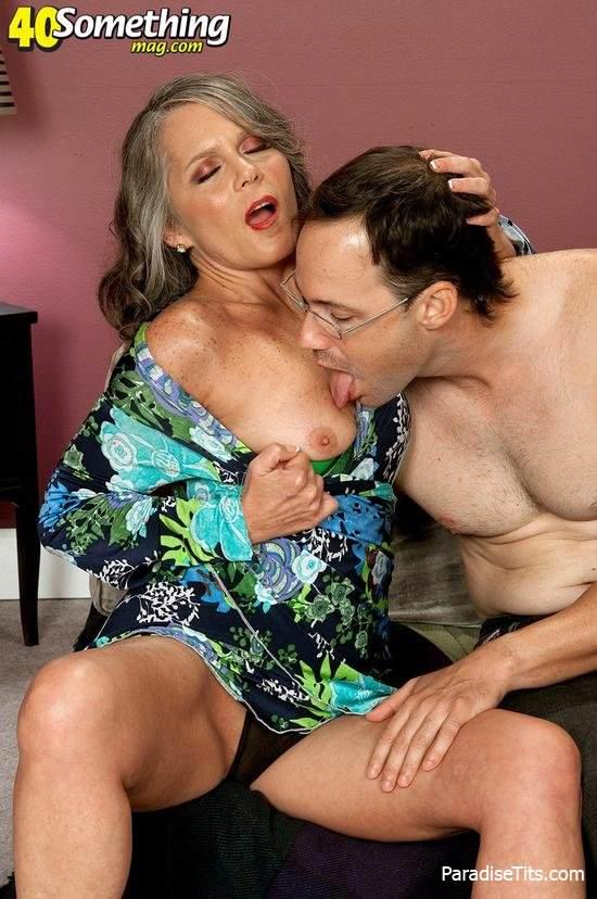 На фото женщина за 40 занимается оральным сексом с чуваком