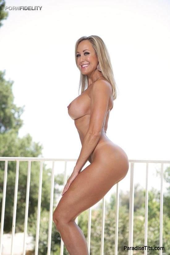 На фото голая порно звезда игриво демонстрирует обнаженное тело