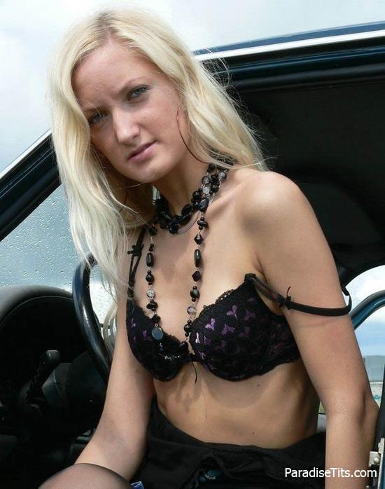 Порно фото, где блондинистая девушка виляет голой попой возле машины