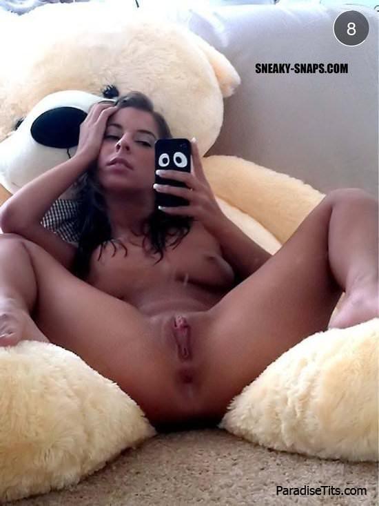 На частных эро фото девушки показывают свои голые пёзды