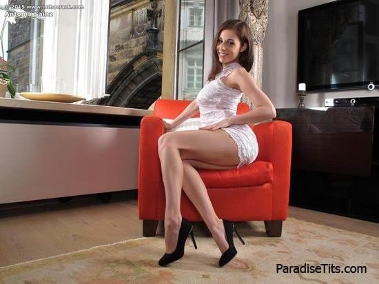 На порно фото звезда эротики показывает роскошную пизду