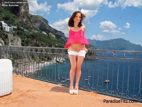 На бесплатных порно фото голая девка резвится и демонстрирует стриптиз