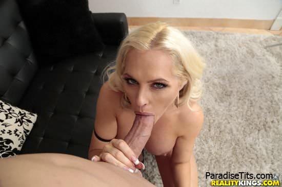 На откровенных порно фото сладкая парочка получает дикий кайф от секса