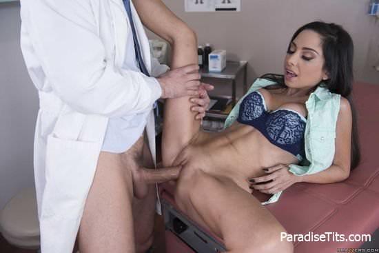 На развратных секс фото молодая красивая женщина отсосала у врача на приеме и трахнулась