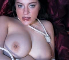 На потрясающих секс фото толстая бейба нежно сосет хер и получает сперму на лицо