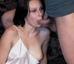 На фото голая девушка с небритой пиздой удовлетворяет сразу двух типов