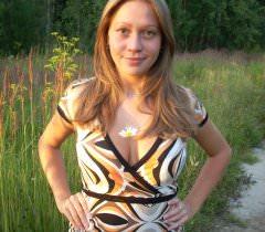 Порно фото с молодой женщиной, эротично позирующей в белье в лесу